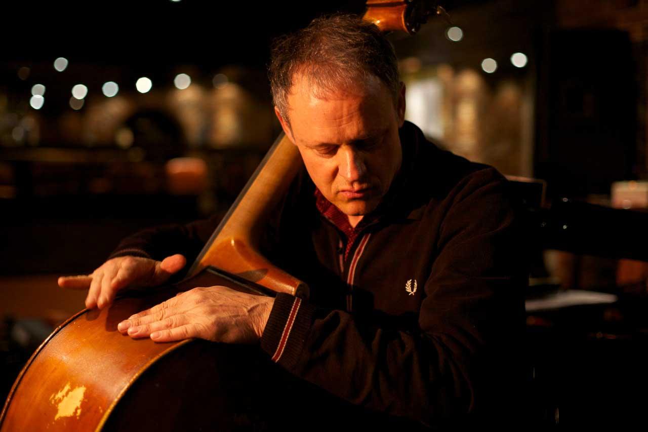 Mann am Kontrabass in Jazzclub