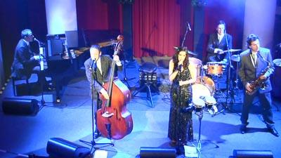 Fünf Musiker auf der Bühne von schräg oben fotografiert