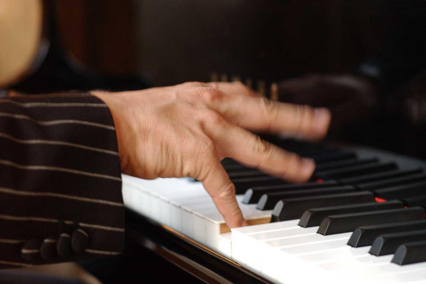 Hand eines Klavierspielers