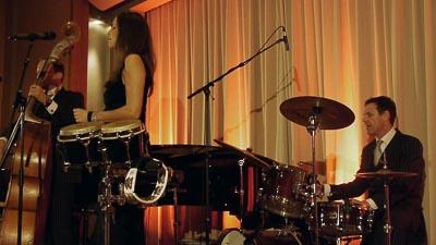 Jazzband mit Sängerin auf der Bühne