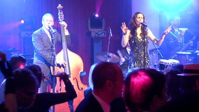 Jazz Band im blauen Licht von der Tanzfläche aus gesehen