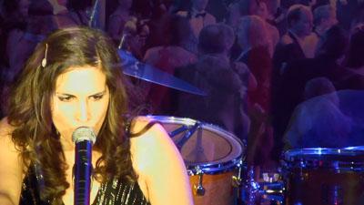 Sängerin am Mikrofon vor einem Schlagzeug