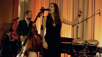 Kontrabassist und Sängerin auf einer Bühne