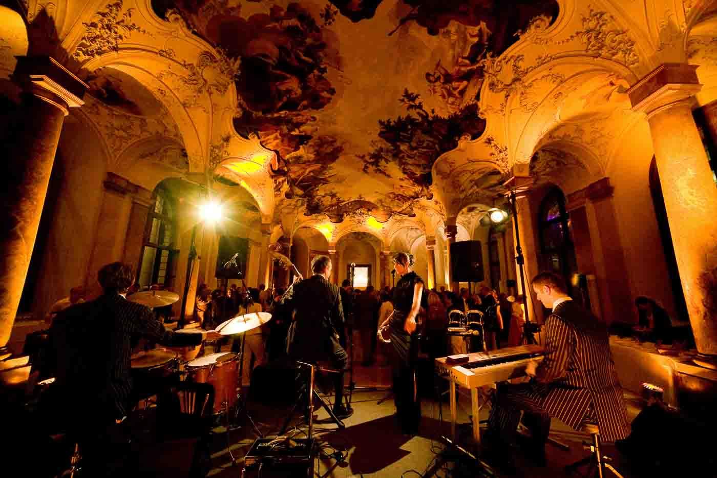 Jazzband in Barocksaal aus der Bühnenperspektive