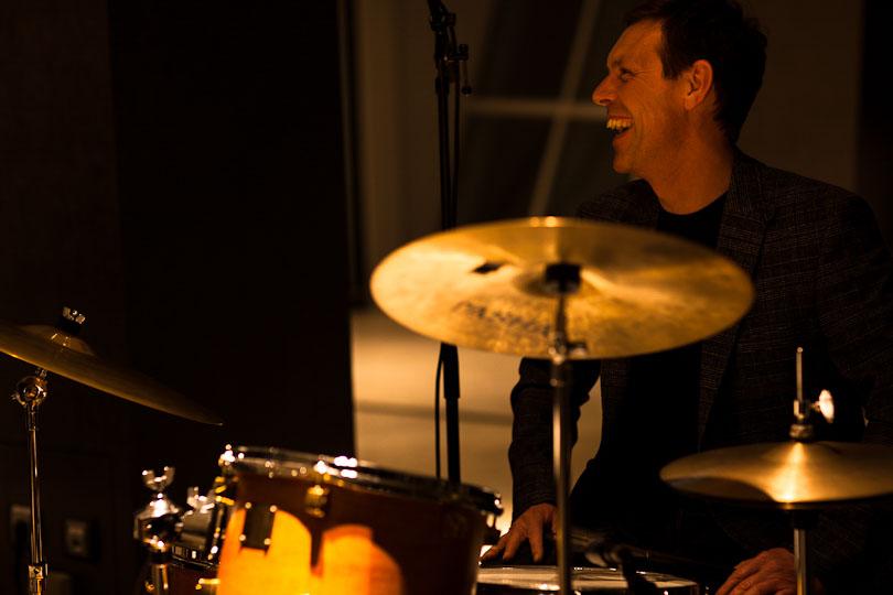 Schlagzeuger, lachend am Set
