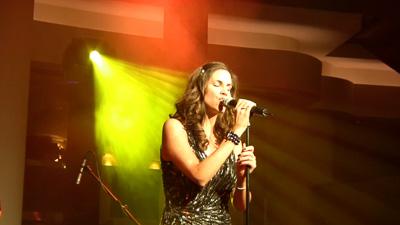 Sängerin am Mikrofon im Scheinwerferlicht